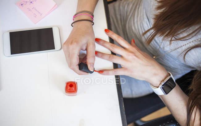 Бізнес-леді застосування лак для нігтів — стокове фото