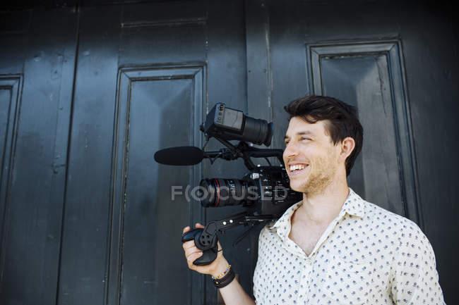 Homem carregando câmera de vídeo — Fotografia de Stock