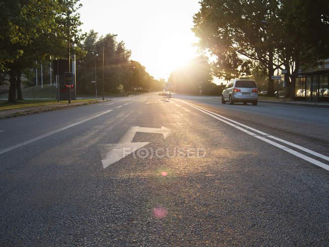 Auto auf der Straße während der sonnigen Tag — Stockfoto