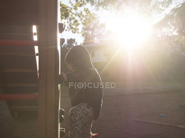 Дівчинка грає на майданчику — стокове фото