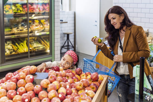 Mother and daughter shopping fruits — Stock Photo