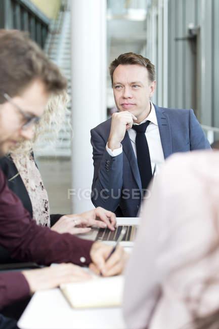Les gens d'affaires en réunion — Photo de stock