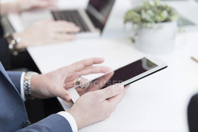 Homem de negócios usando tablet digital — Fotografia de Stock