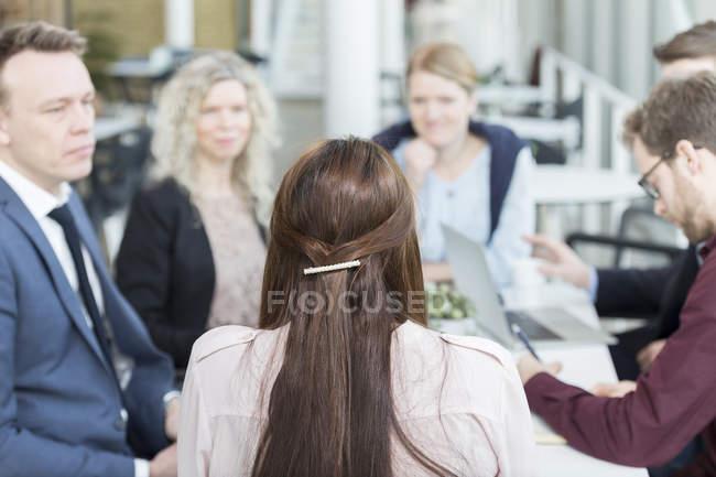 Sentado en la reunión los empresarios - foto de stock