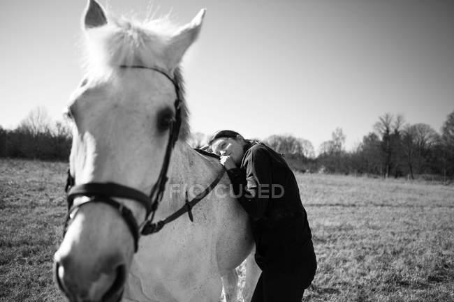 Frau auf Pferd — Stockfoto
