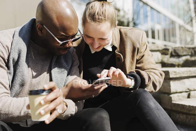 Amici utilizzando smartphone — Foto stock