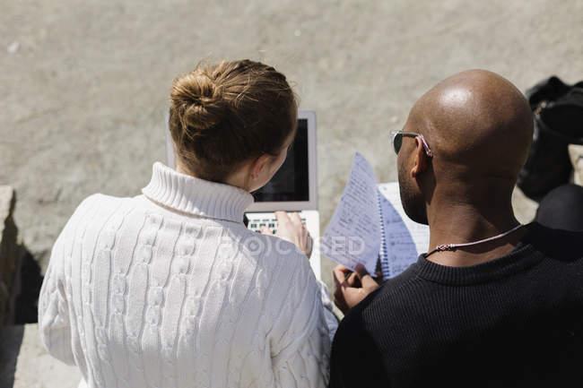 Бізнесмени використовують ноутбук. — стокове фото
