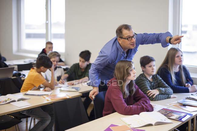 Lehrer erklären Schulkindern Aufgabe — Stockfoto