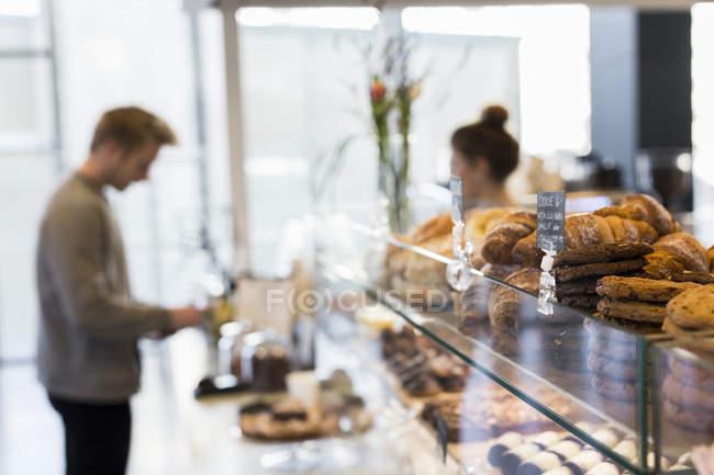Empleado en tienda de café - foto de stock