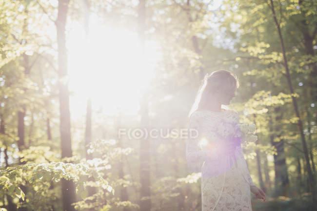 Букет невесты в лесу — стоковое фото