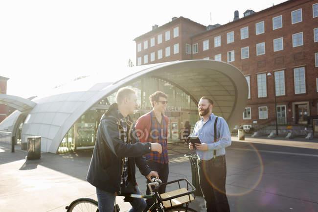 Hommes avec vélo parler — Photo de stock