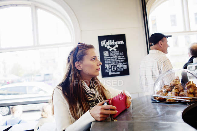 Woman paying at checkout counter — Fotografia de Stock