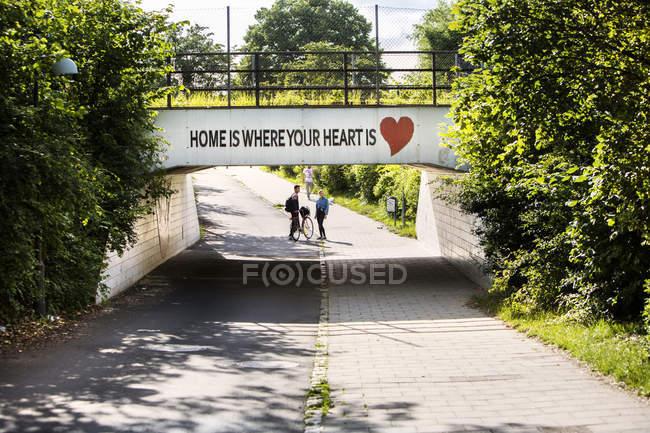 Couple standing under bridge — Stock Photo