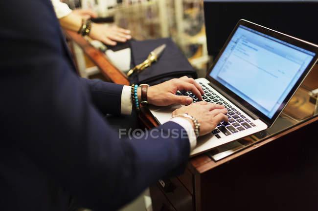 Vendeur, à l'aide d'ordinateur portable — Photo de stock