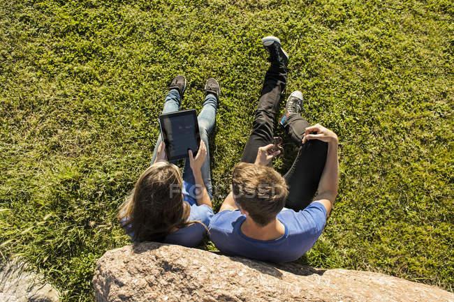 Пара с помощью цифрового планшета — стоковое фото