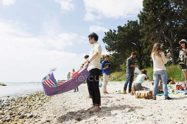 Familie genießt Picknick am Strand — Stockfoto