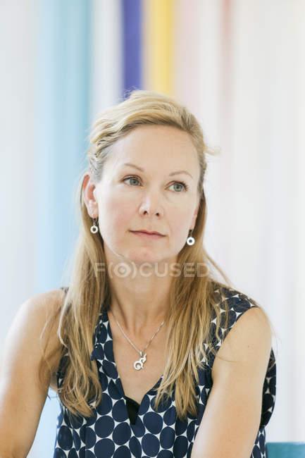 Mujer madura en la cafetería - foto de stock
