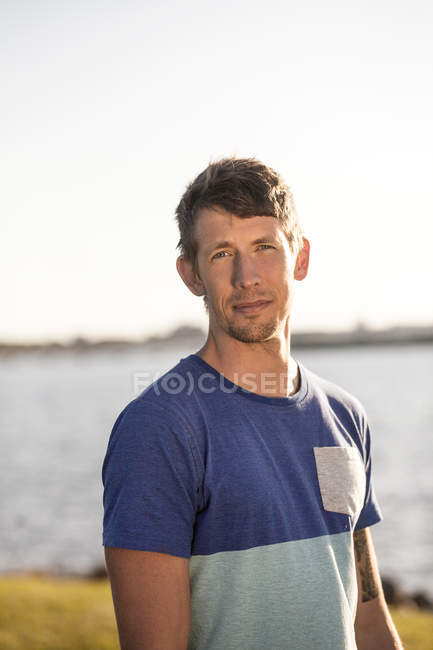 Homme confiant debout au bord de mer — Photo de stock
