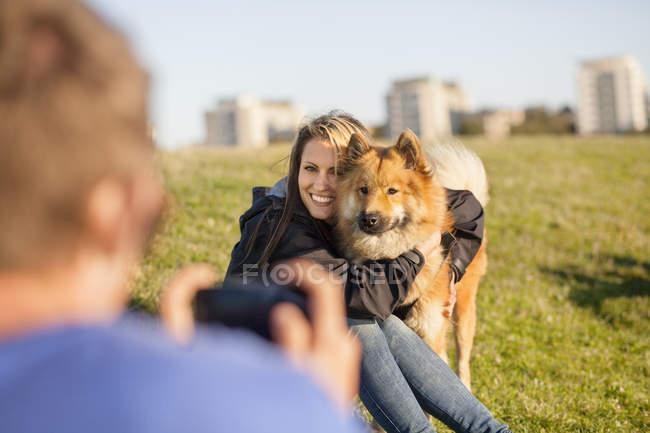 Uomo che fotografa ragazza felice — Foto stock