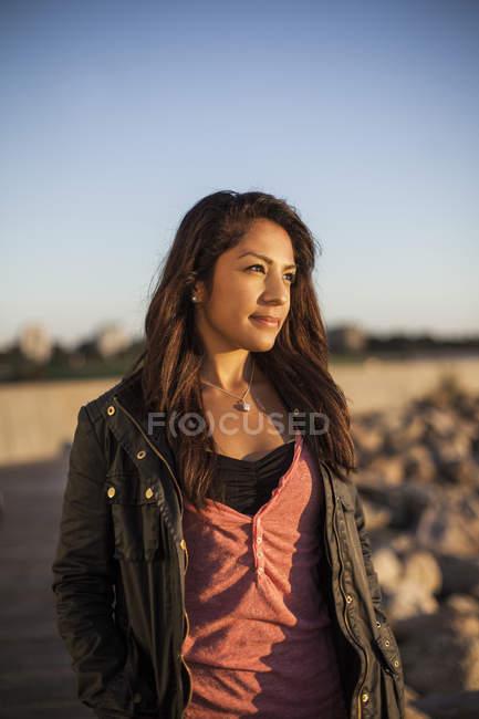 Nachdenkliche Frau gegen klaren Himmel — Stockfoto
