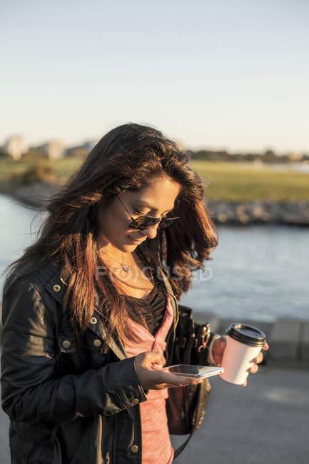 Жінка користується телефоном. — стокове фото