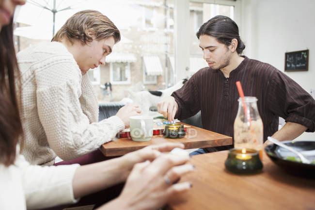 Amici che giocano da tavolo — Foto stock