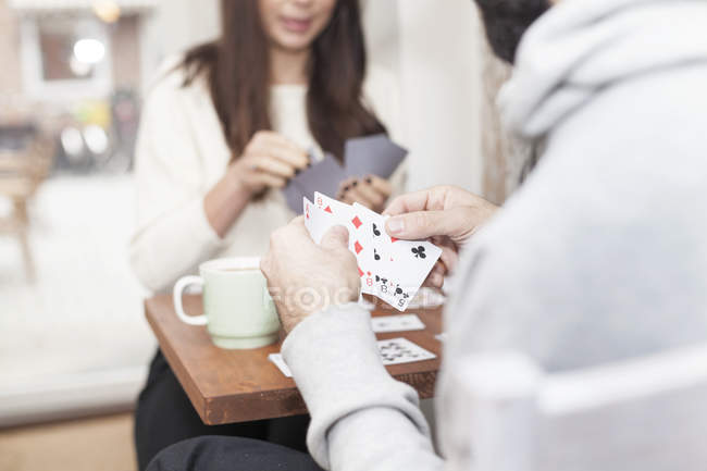 Couple playing cards — Stock Photo