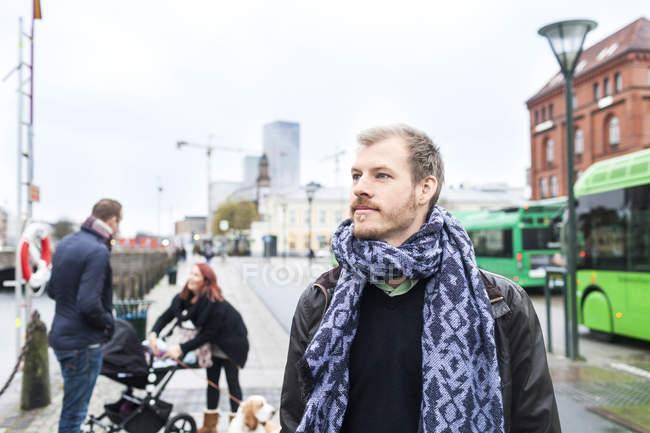 Uomo sul marciapiedi della città — Foto stock