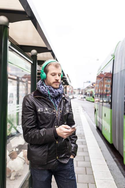 Uomo ascoltare musica — Foto stock