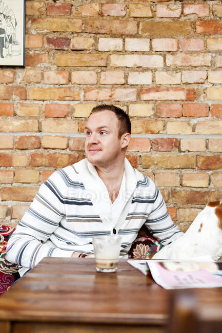 Взрослый мужчина сидит в кафе — стоковое фото