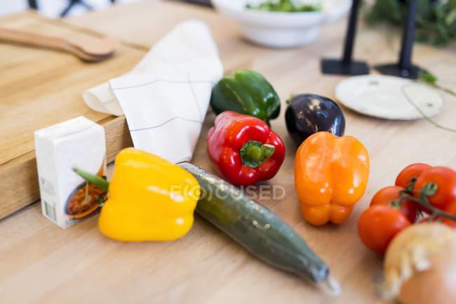 Pimentos de sino na ilha da cozinha — Fotografia de Stock