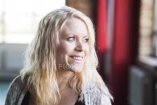 Mujer con el pelo rubio - foto de stock