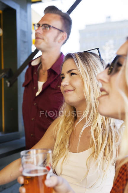 Друзі, дивлячись на харчова ларьок — стокове фото