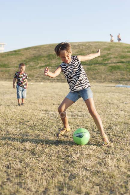 Маленькая девочка ногами мяч — стоковое фото