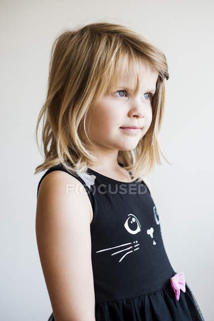Мила маленька дівчинка в чорне плаття — стокове фото