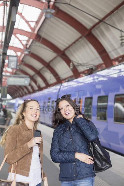 Donne sulla piattaforma ferroviaria — Foto stock