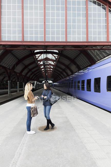Подруги на вокзале — стоковое фото