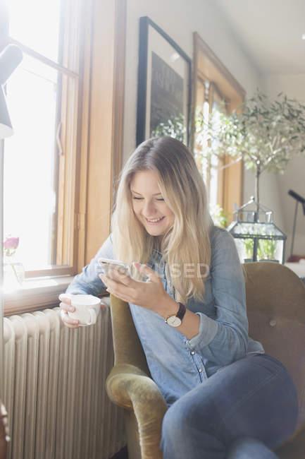 Donna felice con cellulare — Foto stock