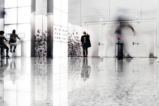 Деловые люди в творческом офисе — стоковое фото