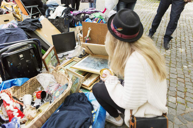 Young woman in flea market — Stock Photo
