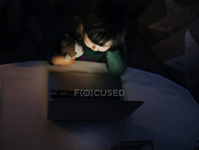 Chica mirando portátil - foto de stock