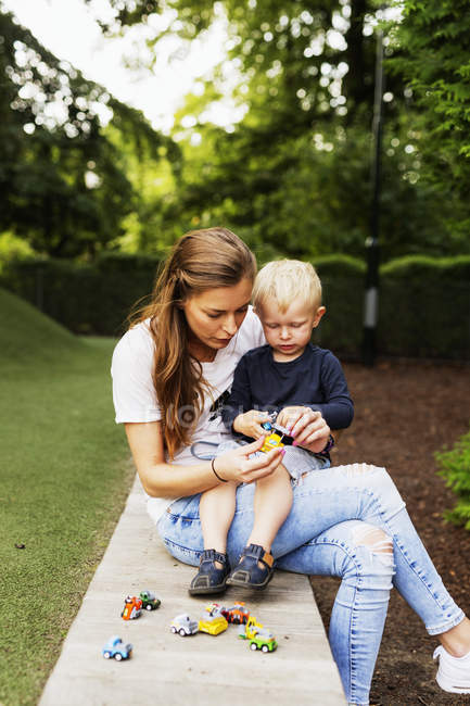 Mather und Sohn spielt — Stockfoto