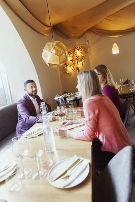 Freunde sprechen beim Sitzen im restaurant — Stockfoto