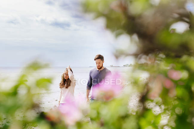 Young couple walking at beach — Stock Photo