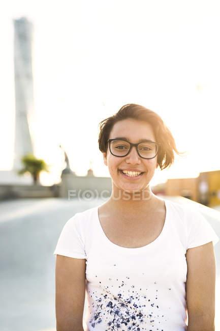 Портрет улыбается девушка — стоковое фото