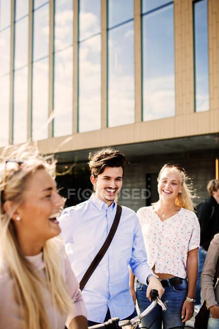 Glückliche Freunde außerhalb des Konzertsaals — Stockfoto