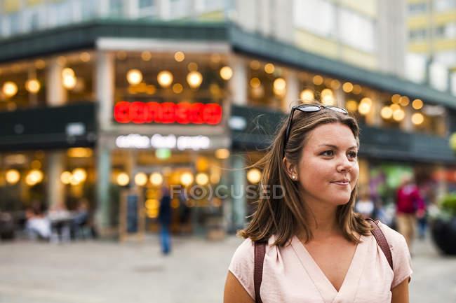 Женщина, стоящая в городе — стоковое фото