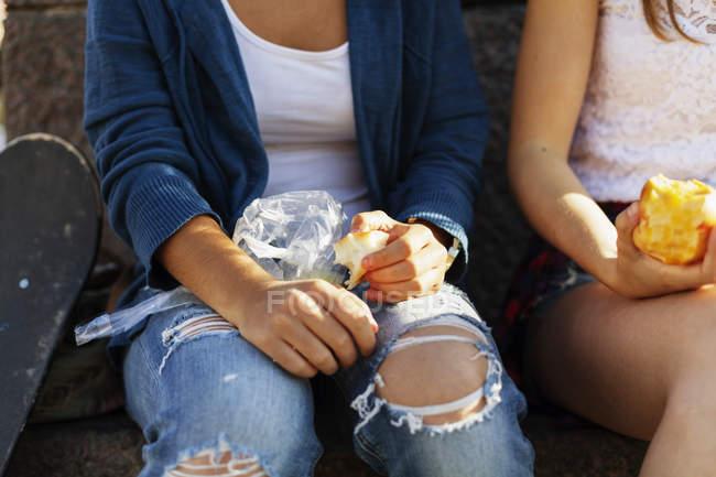 Girls eating apples — Stock Photo