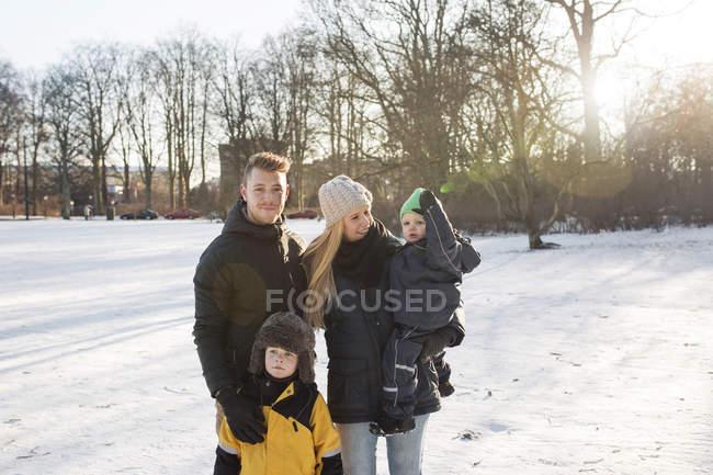 Retrato de jovem com família — Fotografia de Stock