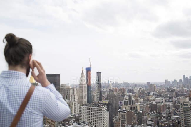 Людина, розмовляємо по телефону — стокове фото